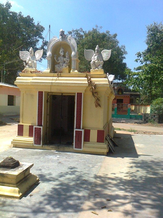 ஒரு ஹயக்ரீவர் கோவில் தெருவின் நடுவில் உள்ளது.