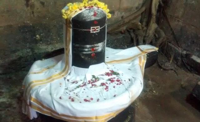 Pennalur Siva Temple - Agatteeswarar Lingam.inside Sanctom santorum