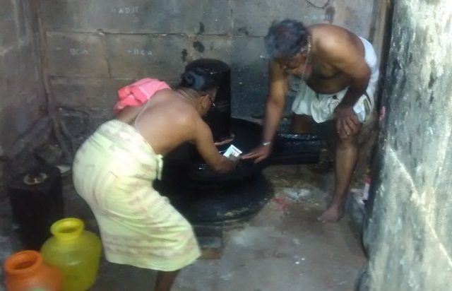 Pennalur Siva Temple - cleaning Lingam.2