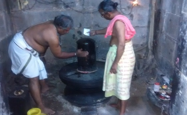 Pennalur Siva Temple - cleaning Lingam