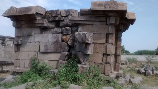 Pennalur Siva Temple - entrance side crumbling down
