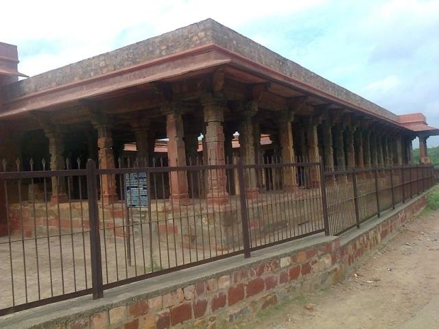 1. சௌரஸி கம்ப - மசூதி