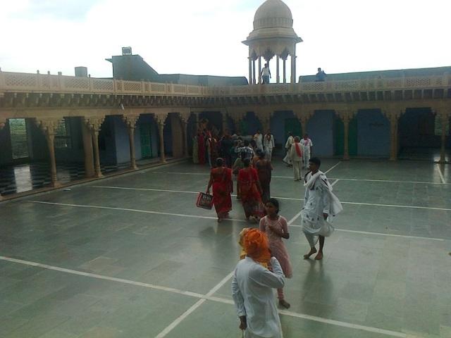 24. நந்தகாவ் கோவில்- உட்புறம் சதுரமான இடம் சுற்றி பிரகாரம்