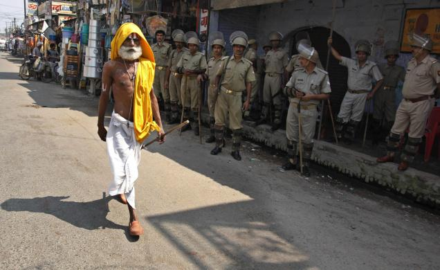 Ayodhya with Police, an ild man walks to temple