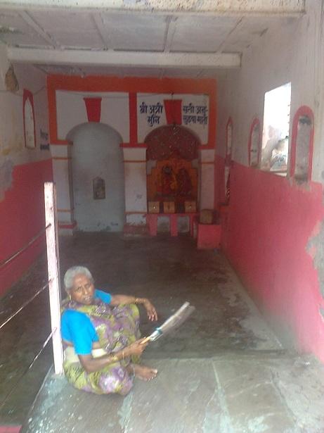 பரத்வாஜ ஆஸ்ரம், அலஹாபாத்.வளாகத்தின் உள்ளே.ஒரு பாட்டி