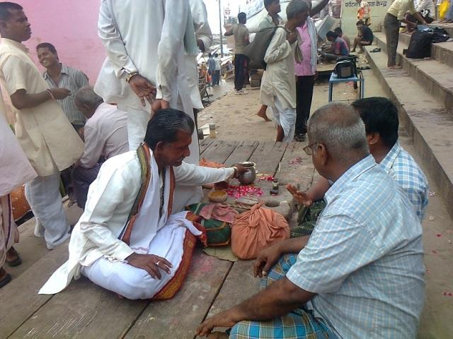 வாரணாசி - தசஸ்வமேத காட்- சடங்குகளை செய்துவிக்கும் பண்டா