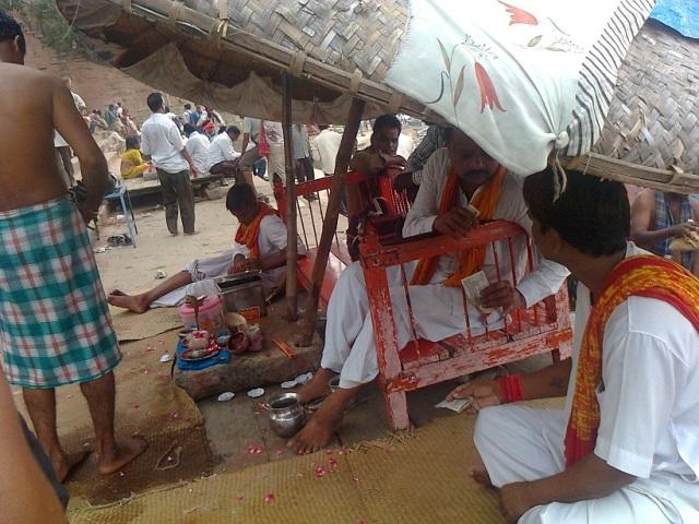 வாரணாசி - தசஸ்வமேத காட்- சடங்குகளை செய்துவிக்க பண்டா பேரம்