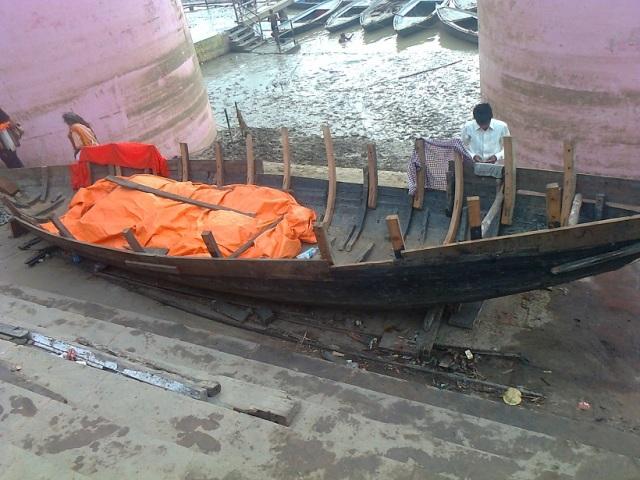 வாரணாசி - தசஸ்வமேத காட்- படகுகளை செப்பனிடுதல்