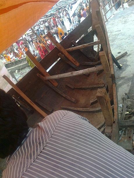 வாரணாசி - தசஸ்வமேத காட்- படகுகளை செப்பனிடுதல்-ஆந்திர மரம் உபயோகம்