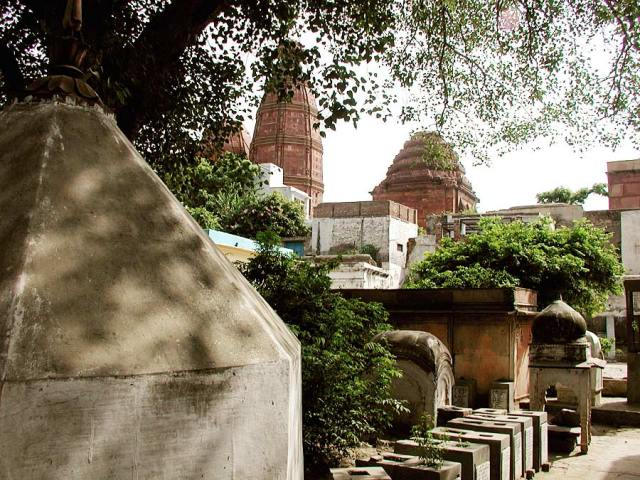 2. சனாதன் கோஸ்வாமி சமாதி மதன மோஹன மந்த்திருக்கு பின்னால் உள்ளது