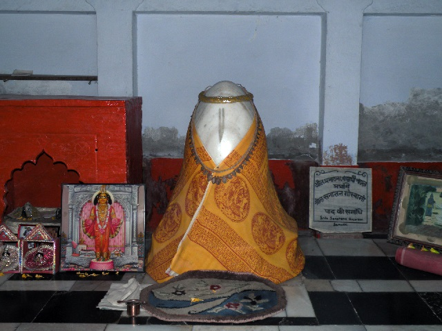 8. சனாதன் கோஸ்வாமி சமாதி.உள்ளே