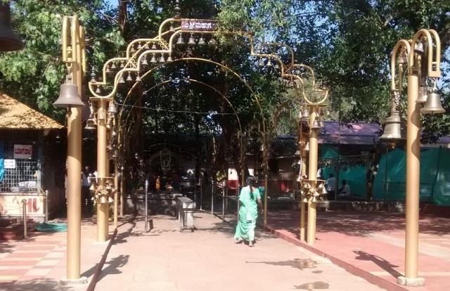 சௌதட்கா வினாயாகர் கோவில்- நுழைவு- மணிகள்