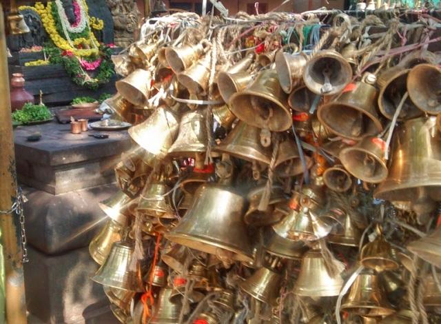 சௌதட்கா வினாயாகர் - மணிகள் கட்டப்பட்டுள்ளன.