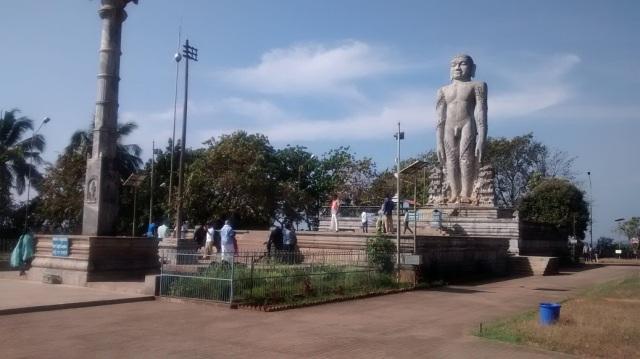 தர்மஸ்தல பஹுபலி ஜைன சிலை.கொடிக்கம்பம்