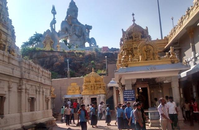 முருடேஸ்வர் - கோவில் வளாகம் - சன்னதிகள் - வெளியேயிருக்கும் சிவன் சிலை.