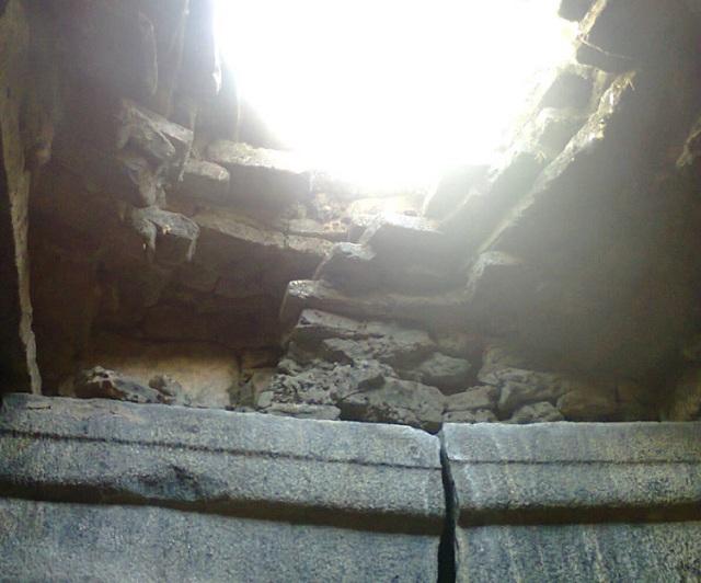 அகஸ்தீஸ்வரர், திருமுக்குக்கூடல். கருவறை கூரை இடிந்த நிலையில்