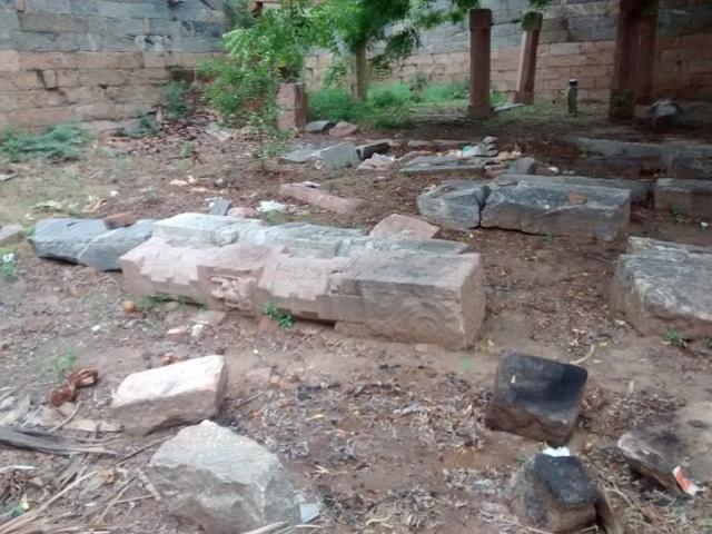 திருமுக்கூடல் கோவில் -- தூண்கள், கூரை பகுதிகள், சிற்பங்கள் விழுந்து கிடப்பது