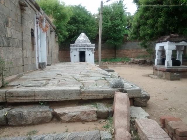 திருமுக்கூடல் கோவில் - முன்பகுதி, இடது பக்கத்திலிருந்து பார்க்கும் தோற்றம்