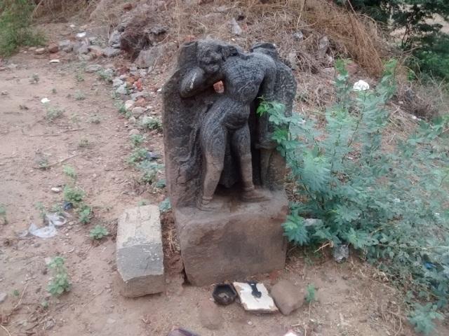 திருமுக்கூடல் கோவில் - வாசலில் கிடக்கும் நடுகல் வீரன் சிற்பம்