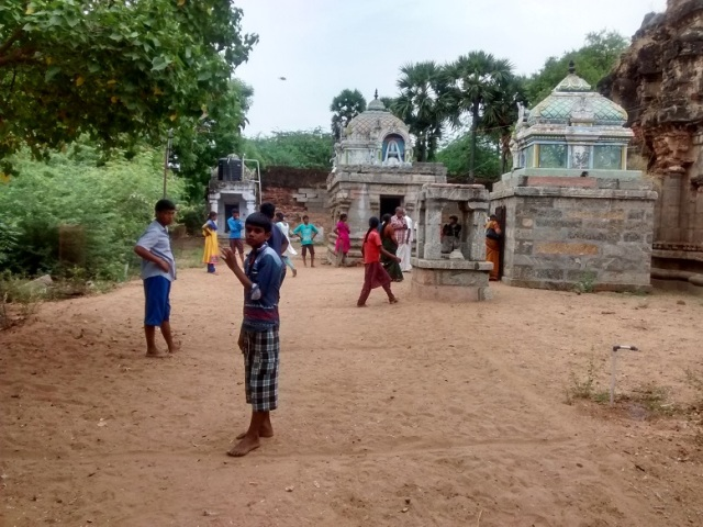 திருமுக்கூடல் கோவில்- இடது பக்கம் சிறுவர்கள் விளையாடிக் கொண்டிருப்பது