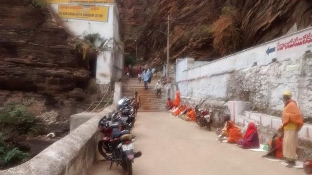 beggars-sitting-opposite-to-bairava-kundam