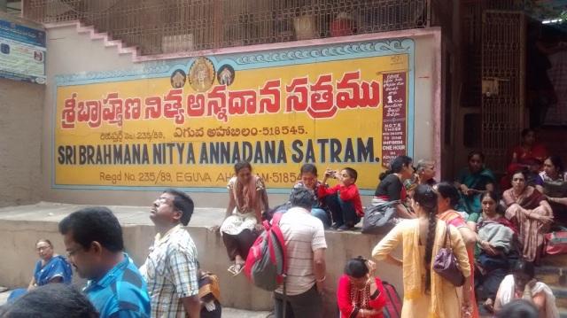 brahmana-annadhana-satram-devotees-waiting