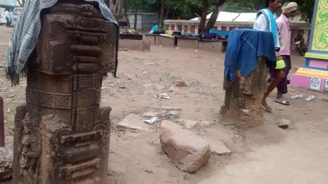 Karanja - Saranga Narasimha temple -carved pillars LHS entrance