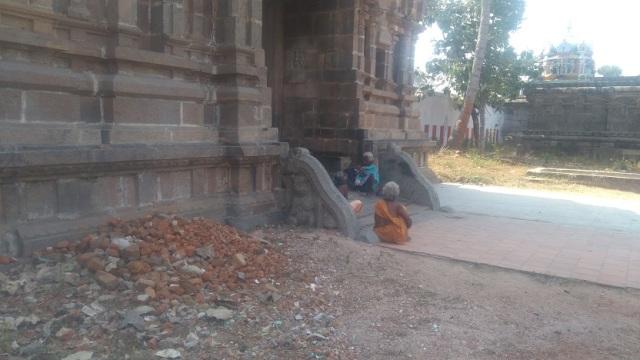 Baktajaneswarar temple -gopura-sculptured rail without steps