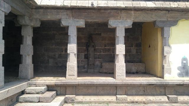 Thiruvennainallur temple - statue.LHS corner